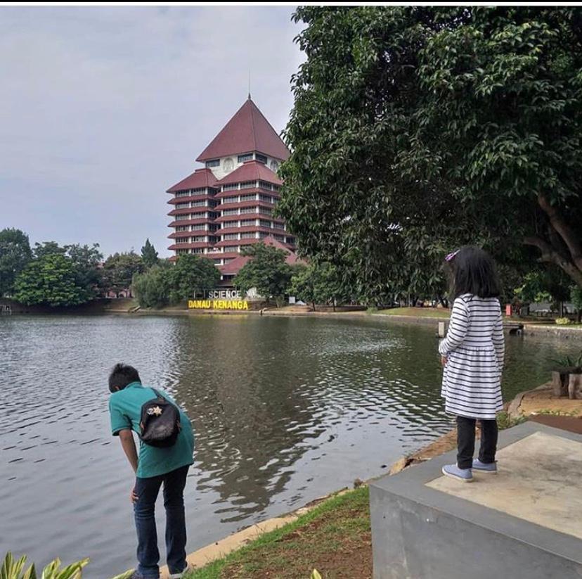 Mengajak anak-anak napak tilas ke mantan sekolah Ayah Ibunya adalah salah satu alternatif kegiatan pengisi liburan yang asyik ke Universitas Indonesia
